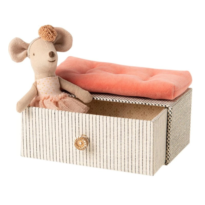 maileg-dancing-mouse-in-daybed-little-sister